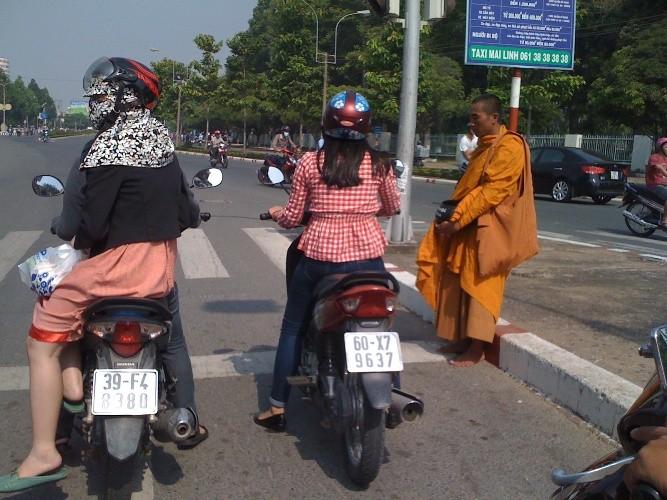'Sư' giả nhan nhản xuống đường phố Biên Hòa - ảnh 2