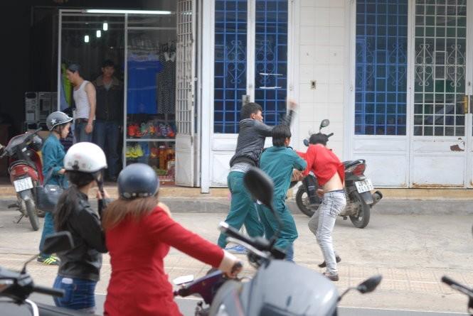 Dân quân đánh nhau tá lả giữa đường khi đi hát karaoke  - ảnh 3