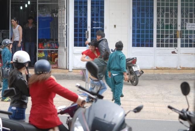 Dân quân đánh nhau tá lả giữa đường khi đi hát karaoke  - ảnh 4