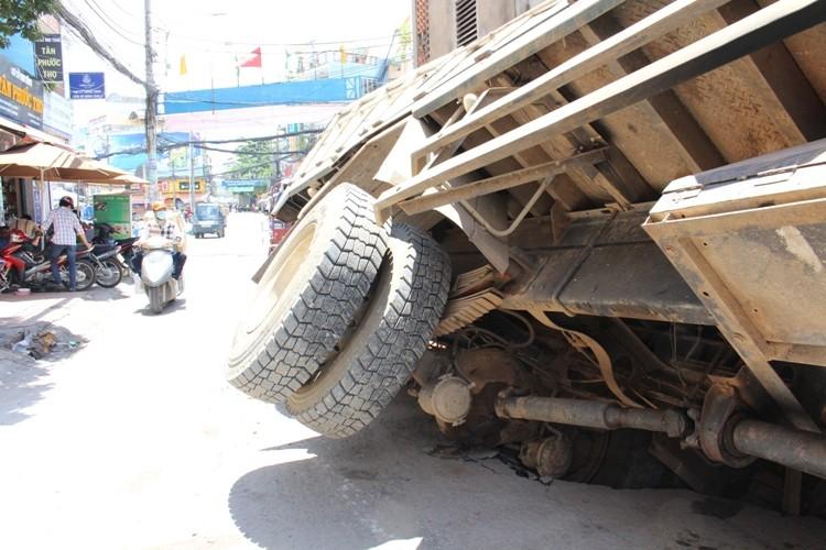Xe tải sụp hố ga lật chổng vó giữa phố Sài Gòn - ảnh 2