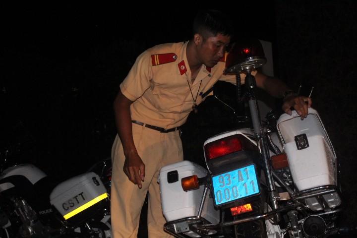 Cảnh sát điều tra làm việc thâu đêm tìm chứng cứ vụ thảm sát - ảnh 2