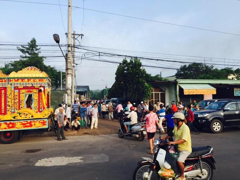 Tiễn đưa 6 nạn nhân vụ thảm sát Bình Phước về nơi an nghỉ cuối cùng - ảnh 20