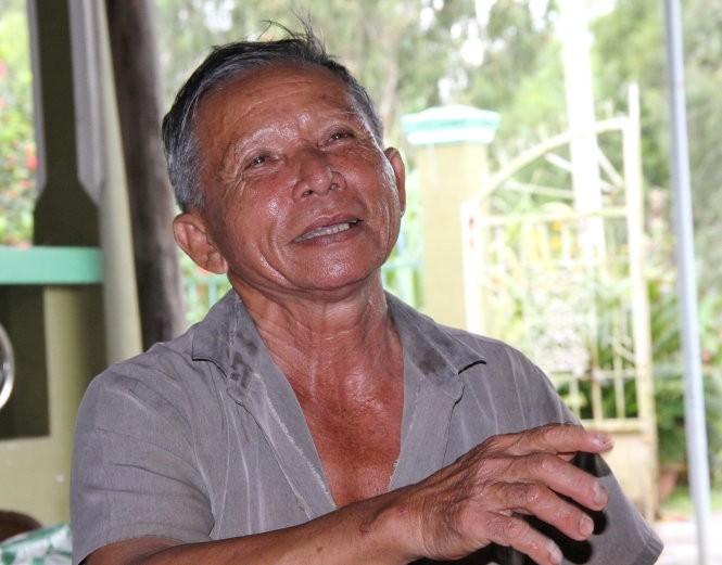 Ông Trần Thanh Phong (67 tuổi, ở xã Ninh Thạnh Lợi A, huyện Hồng Dân) kể về một thời chăn trâu mướn ở đồng chó ngáp. Giờ đây ông là một tỉ phú nhờ lúa - tôm và trang trại cá sấu - Ảnh: V.TR.