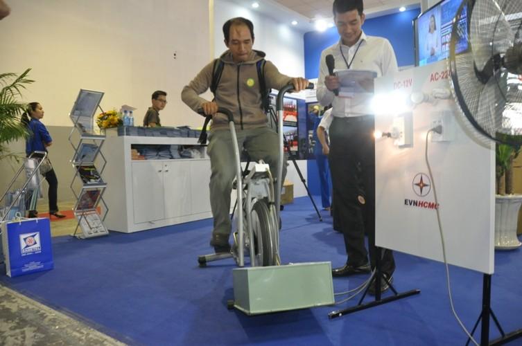 Người dân hào hứng đạp xe phát điện - ảnh 1