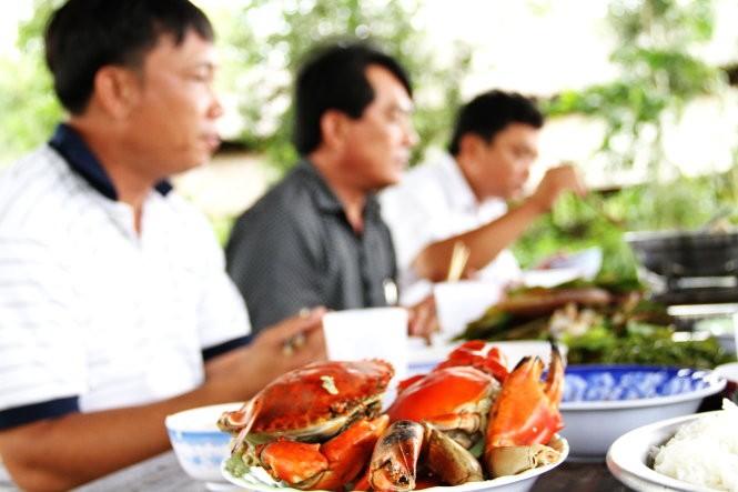 Ở Đồng Chó Ngáp khan hiếm thịt heo, thịt bò, nên thức ăn phổ biến là tôm, cua - Ảnh: V.TR.