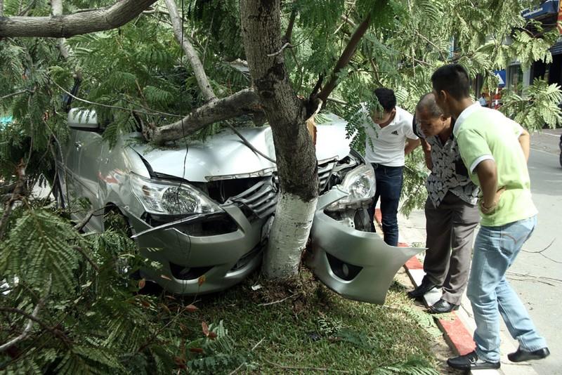Innova 7 chỗ bẹp dúm sau khi tông gẫy đôi cây trên phố Hà Nội  - ảnh 3