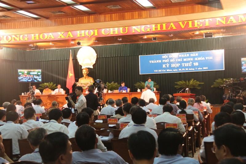 Khai mạc kỳ họp HĐND: TP.HCM vẫn tiếp tục thu phí xe máy - ảnh 1
