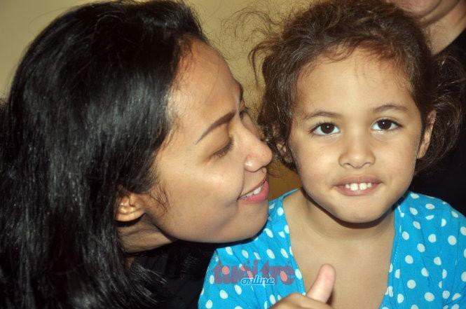 Mẹ con chị Ela vui cười hạnh phúc tại Bà Rịa - Vũng Tàu chiều 9-8 - Ảnh: Đông Hà.