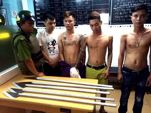 4 thanh niên xăm trổ đầy mình cùng với mác tự chế bị bắt giữ. Ảnh: C.A