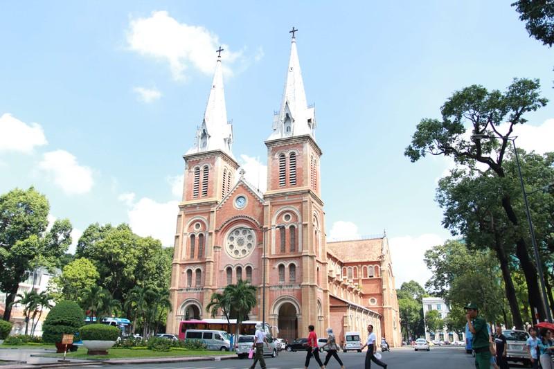 Nam thanh niên bị bắt sau hơn 12 giờ cố thủ trong nhà thờ Đức Bà - ảnh 1