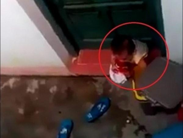 Tạm đình chỉ hai cô giáo bỏ mặc bé mầm non nhặt rác ăn - ảnh 1