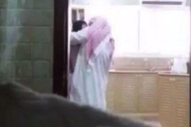 """Ảnh cắt từ clip do người vợ quay lén cảnh chồng mình đang """"tòm tem"""" với người giúp việc"""