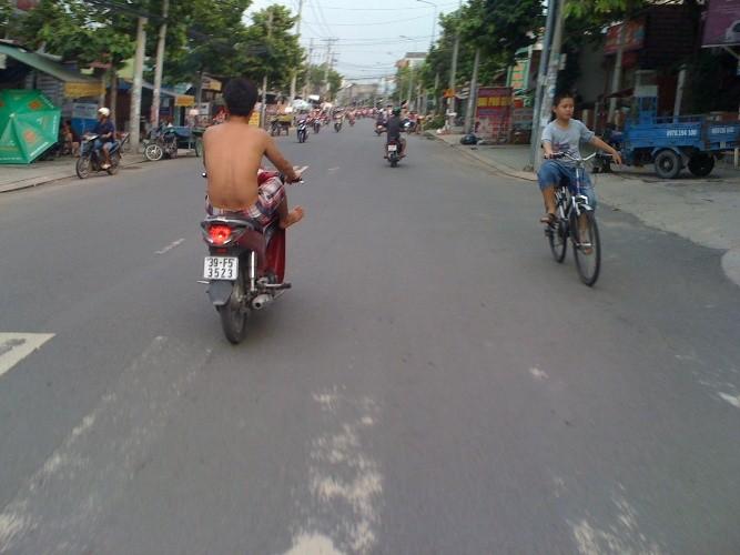 Kiểu chạy xe 'không đụng hàng' của nam thanh niên  - ảnh 1