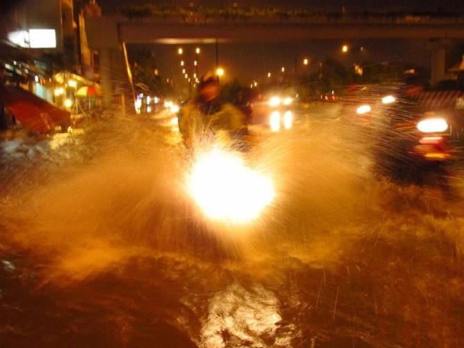 Sài Gòn mưa như trút, gần 500 gian hàng triển lãm 'chết đứng' - ảnh 1
