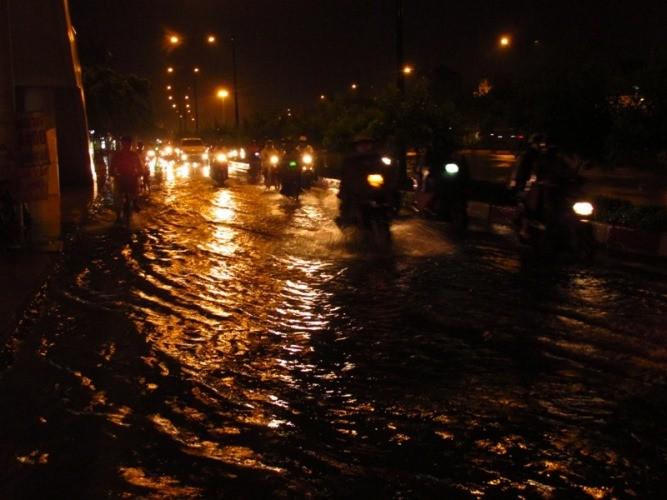 Sài Gòn mưa như trút, gần 500 gian hàng triển lãm 'chết đứng' - ảnh 2