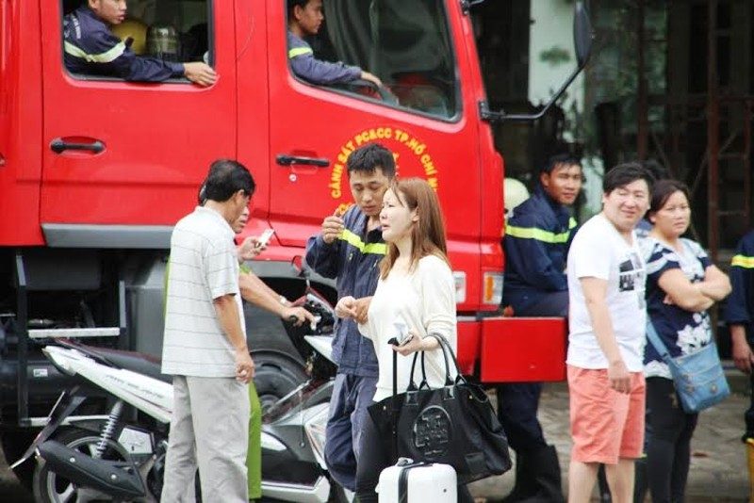 Hàng chục người giải cứu cô gái Hàn định tự tử - ảnh 1