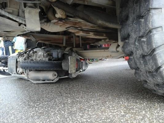 Kinh hoàng chứng kiến người phụ nữ bị cuốn vào gầm xe tải - ảnh 1