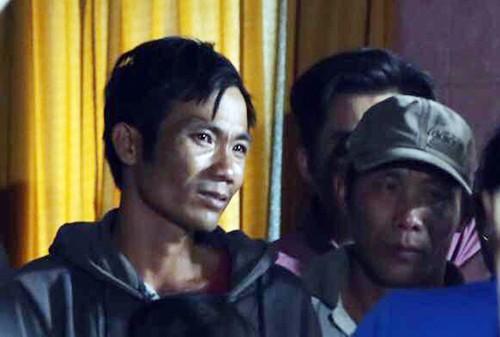 Người chồng đau đớn khi mất vợ và 2 con. Ảnh: Quốc Thắng.