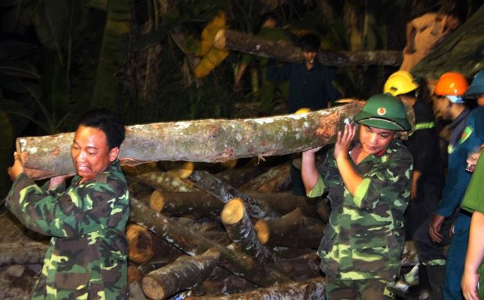 Vụ sập hầm than Hòa Bình: Đào đất cứu người bất kể đêm tối - ảnh 4