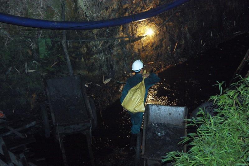 Vụ sập hầm than Hòa Bình: Đào đất cứu người bất kể đêm tối - ảnh 2