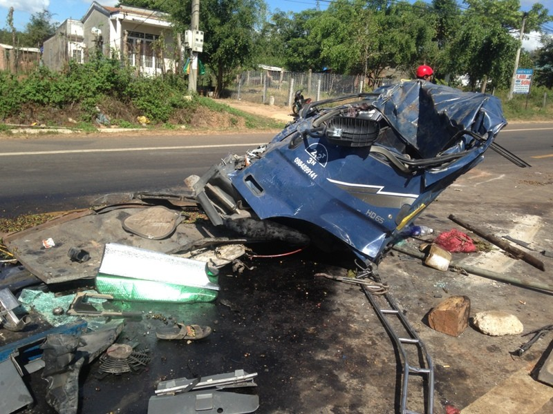Hai xe tải đấu đầu vỡ nát, tài xế và phụ xe tử nạn - ảnh 2