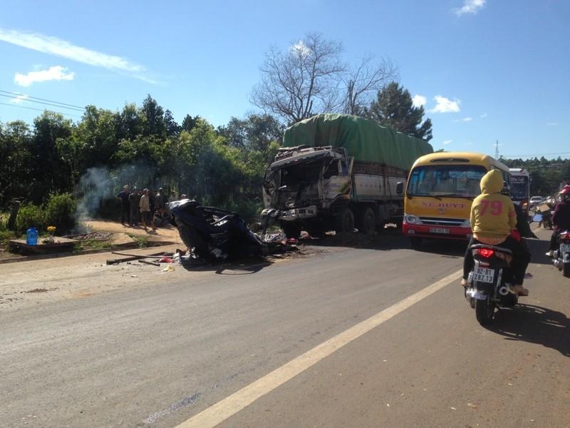 Hai xe tải đấu đầu vỡ nát, tài xế và phụ xe tử nạn - ảnh 3
