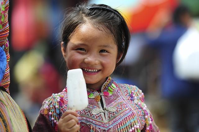 Em bé ở chợ phiên Bắc Hà (Lào Cai)