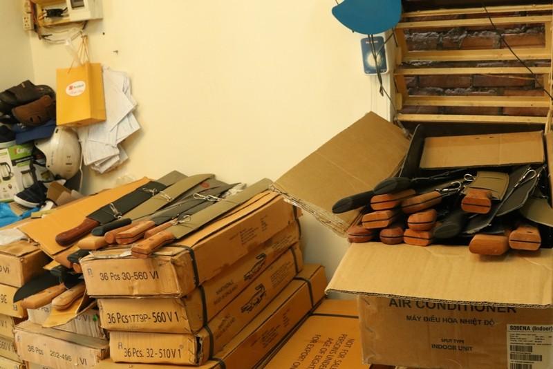 Phát hiện lô hàng hơn 2.000 nông cụ có hình dạng... mã tấu - ảnh 3