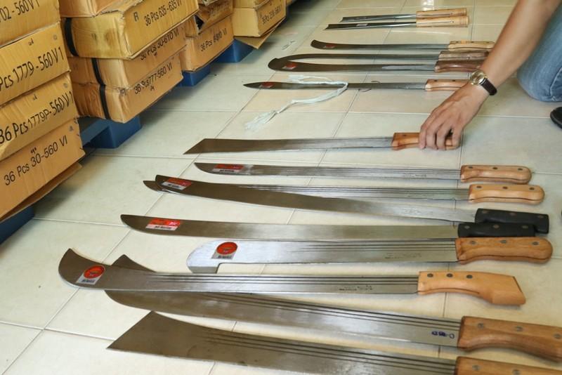 Phát hiện lô hàng hơn 2.000 nông cụ có hình dạng... mã tấu - ảnh 4