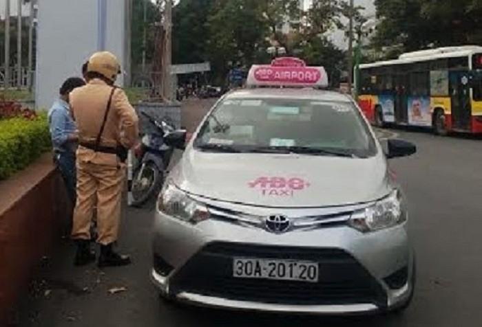 Tài xế taxi giằng co, giật biên bản của CSGT - ảnh 1
