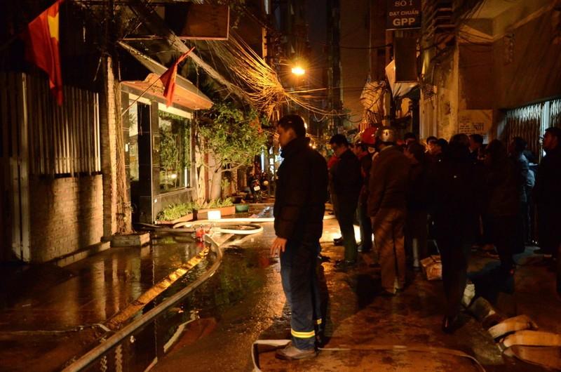 Cháy quán karaoke trong đêm giá rét, nhiều người leo mái tầng 5 thoát thân - ảnh 1