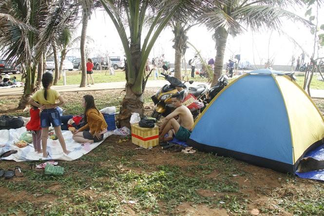 Vũng Tàu kín khách du lịch, nhiều người phải ngủ ở công viên