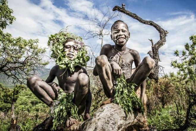 Kỳ lạ phong tục xẻ môi để lồng đĩa của bộ tộc ở Ethiopia - ảnh 3