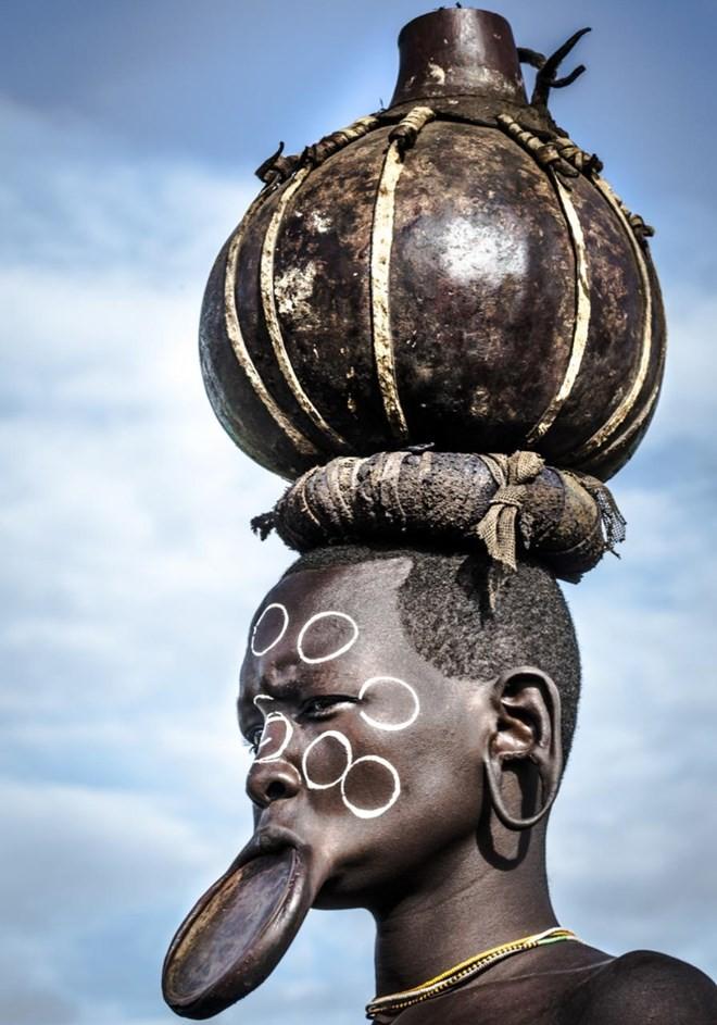 Kỳ lạ phong tục xẻ môi để lồng đĩa của bộ tộc ở Ethiopia - ảnh 9