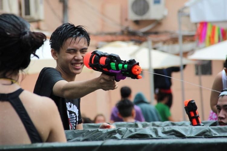 Bạn trẻ Sài Gòn 'đập tan' cái nóng tại lễ hội té nước - ảnh 3