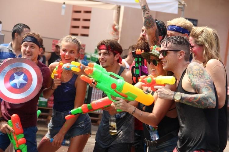 Bạn trẻ Sài Gòn 'đập tan' cái nóng tại lễ hội té nước - ảnh 4