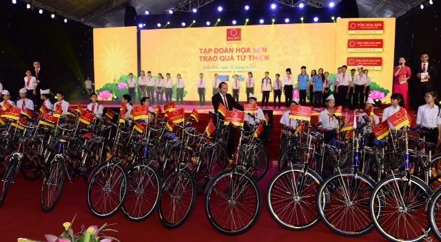 Bình Định: Trao 50 chiếc xe đạp cho học sinh nghèo hiếu học - ảnh 1