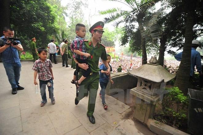 Hình ảnh đẹp về các chiến sĩ công an ở lễ hội đền Hùng - ảnh 9
