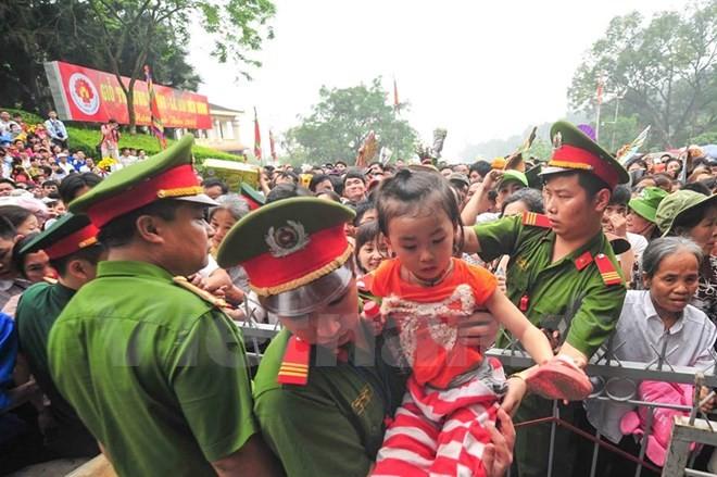 Hình ảnh đẹp về các chiến sĩ công an ở lễ hội đền Hùng - ảnh 2