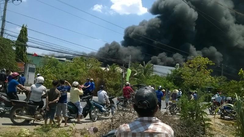 Cháy lớn tại xưởng bao bì, khói đen bốc lên cuồn cuộn - ảnh 1