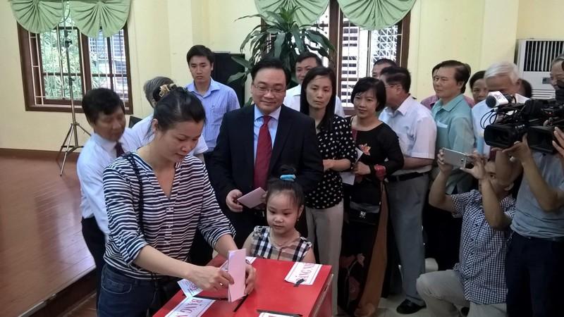 Bí thư Hà Nội Hoàng Trung Hải xếp hàng chờ bỏ phiếu - ảnh 1