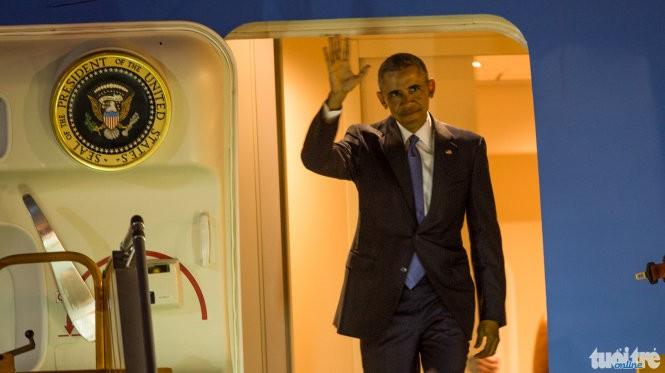 Đoàn xe Tổng thống Hoa Kỳ Obama vừa qua cầu Thăng Long