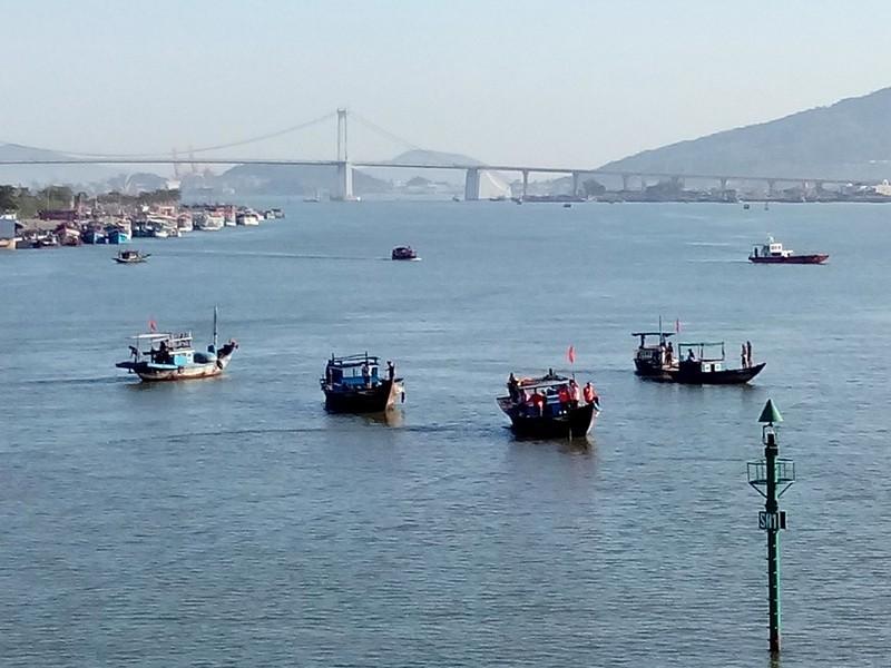 Sáng nay, khẩn cấp tìm kiếm 3 nạn nhân mất tích trong vụ chìm tàu du lịch - ảnh 9