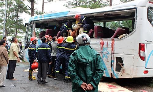 Cảnh sát cứu hộ giải cứu đưa các nạn nhân bị thương ra khỏi xe. Ảnh: Quốc Dũng