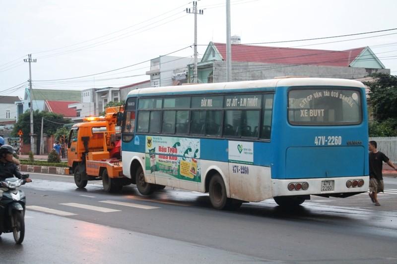 Tránh xe máy, xe buýt leo dải phân cách, hành khách la hét hoảng loạn - ảnh 2