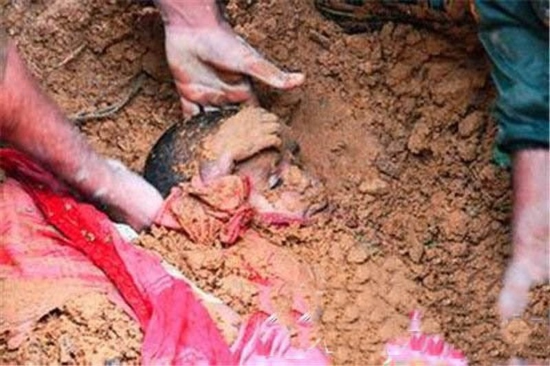 Hơn 100 em bé bị 'chôn sống' để làm vật hiến tế  - ảnh 1