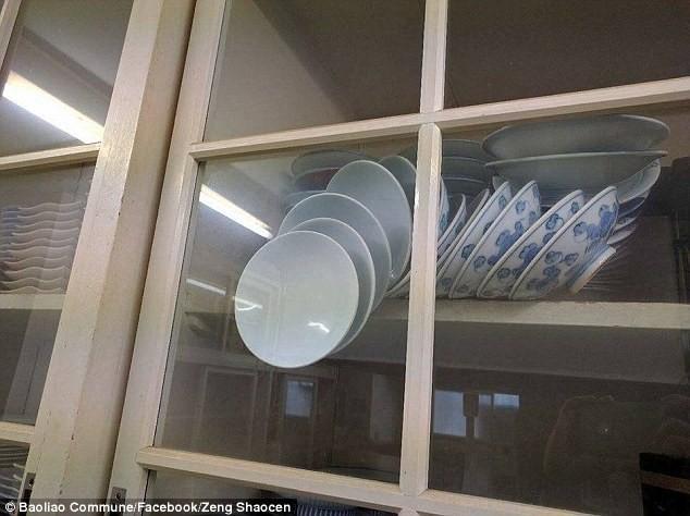Câu hỏi về chiếc tủ bát đĩa làm cộng đồng mạng sôi sục - ảnh 1
