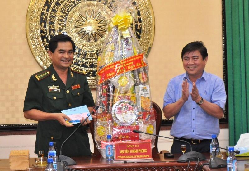 Chủ tịch Nguyễn Thành Phong thăm, chúc tết nhiều đơn vị - ảnh 1