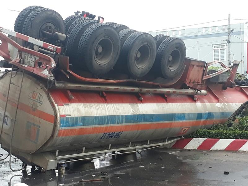 Xe chở dầu lật ngửa sau va chạm, dầu DO tràn ra đường - ảnh 1