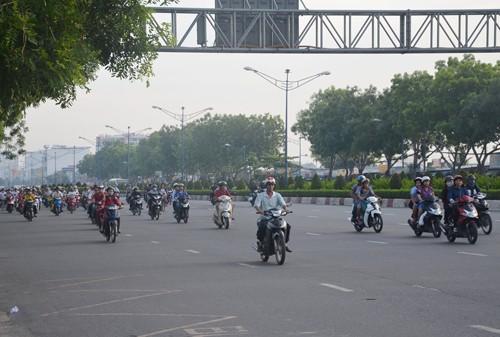 Xe máy vào làn ô tô trên đường Trường Chinh: Đã bớt kẹt  - ảnh 1
